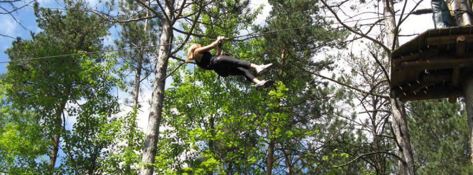 Parc_Ile_Melville_Arbre_en_arbre_tyrolienne_femme